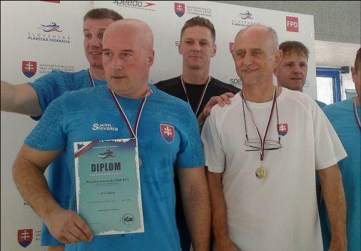 Štafetový tím PVK Bratislava na stupni víťazov na Majstrovstvách Slovenska v plávaní masters 2017 v Bratislave