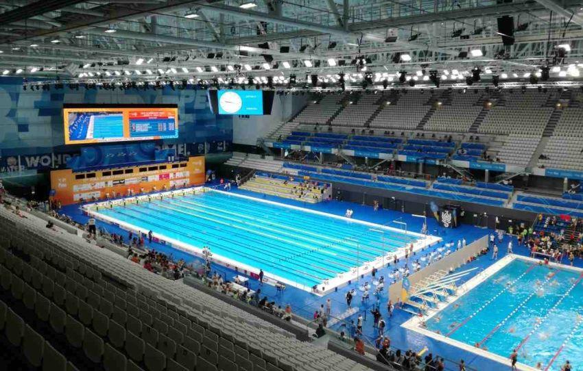 Moderný plavecký komplex Duna Arena v Budapešti - hlavný plavecký bazén